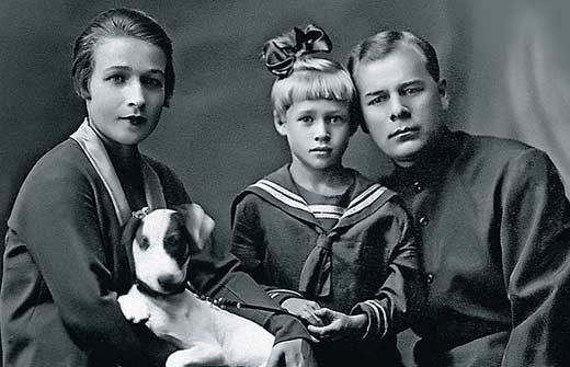 Нина Архипова в детстве с родителями