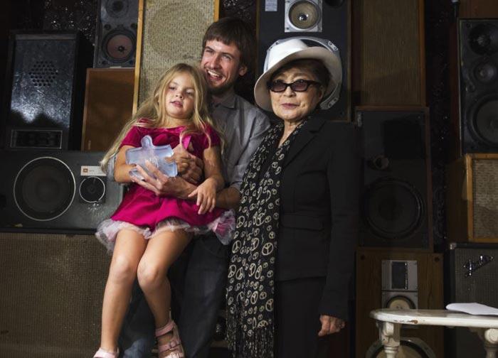 Петр Верзилов с дочерью Герой и Йоко Оно