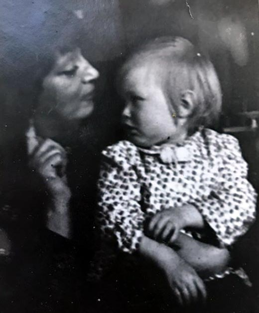 Полина Невзорова в детстве с мамой