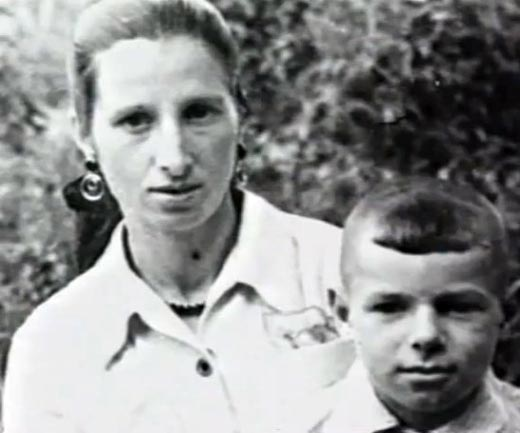 Валерий Харламов в детстве с мамой