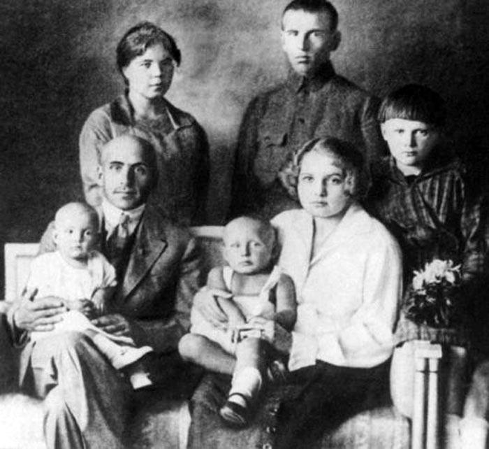 Василий Блюхер с первой женой и детьми