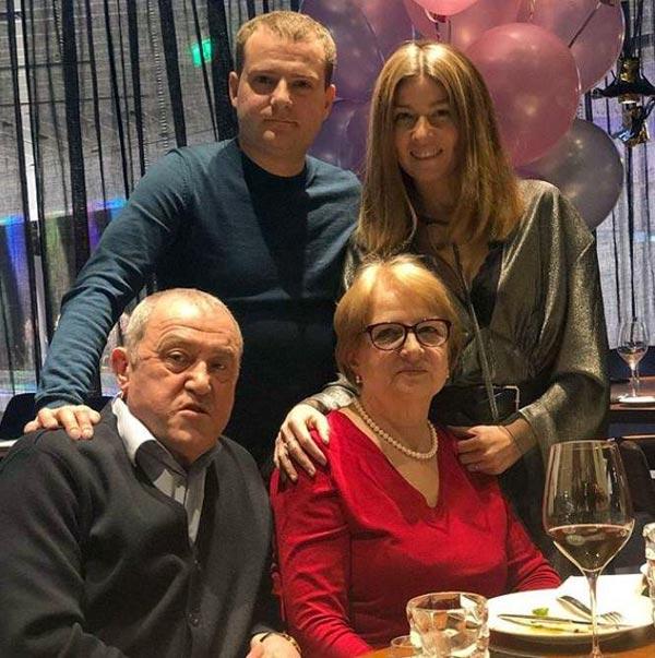 Жанна Бадоева с родителями и братом