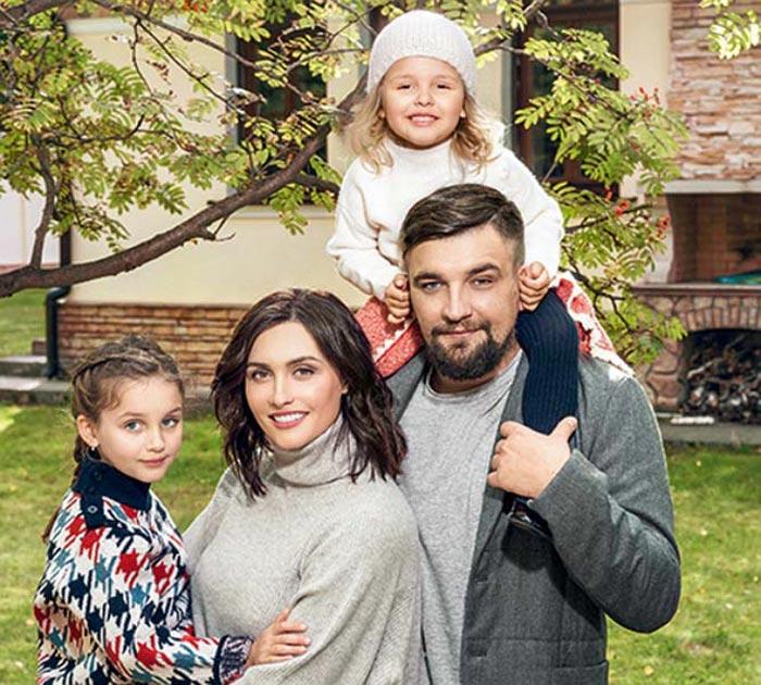 Баста с женой и дочерьми