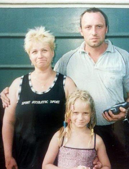 Ольга Антипова в детстве с родителями