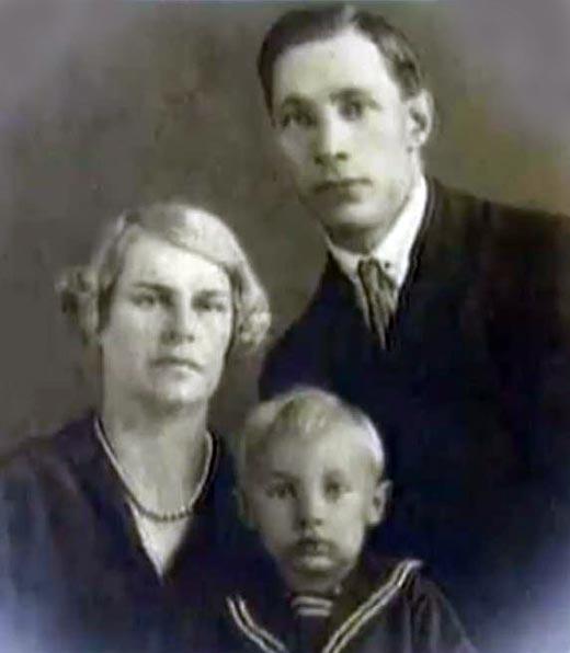 Александр Зацепин в детстве с родителями