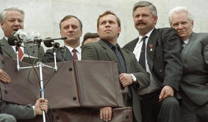 Геннадий Бурбулис возле Белого дома в 1991 году