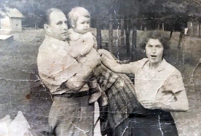 Кирилл Набутов в детстве с родителями