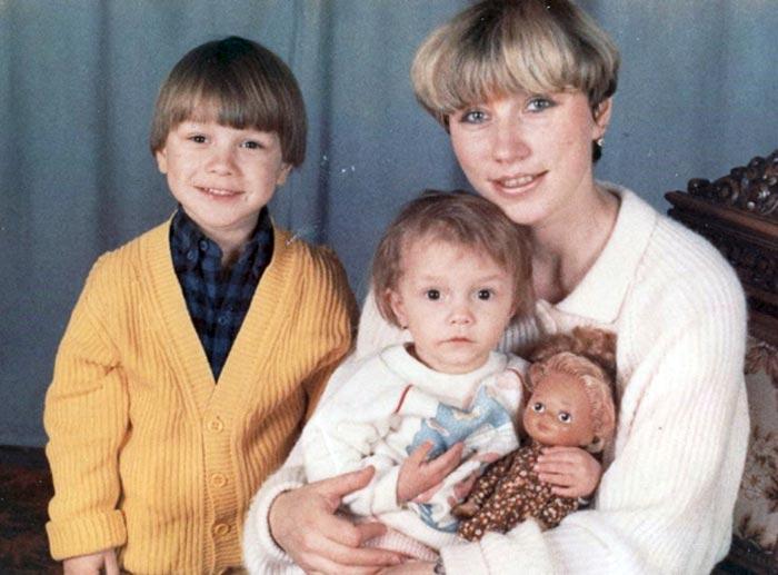 Ксения Сябитова в детстве с мамой и братом