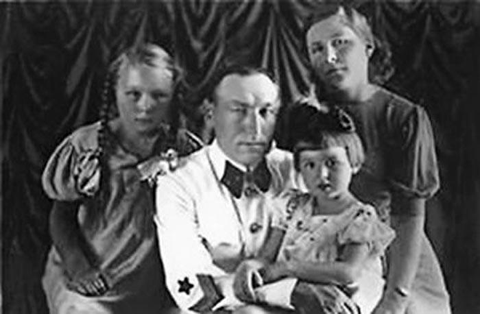 Сергей Бирюзов с женой и дочерьми