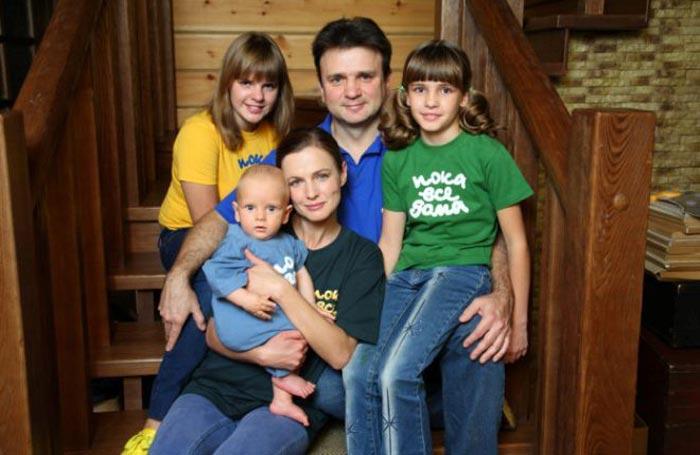 Тимур Кизяков с женой Еленой и детьми