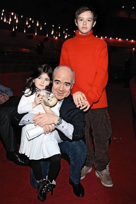 Валерий Магдьяш с внуками