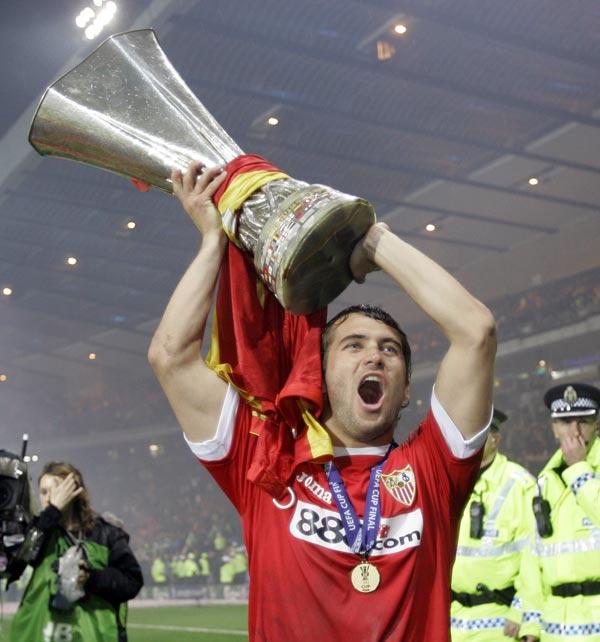 Александр Кержаков держит Кубок УЕФА