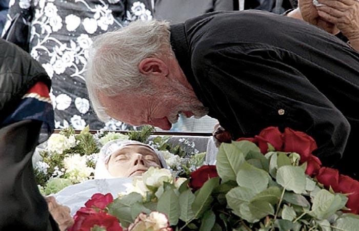 Анатолий Васильев на похоронах Ии Саввиной