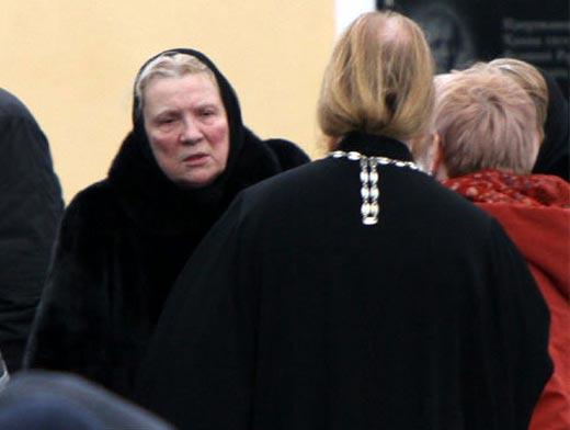 Елена Галкина на похоронах сына Владислава Галкина