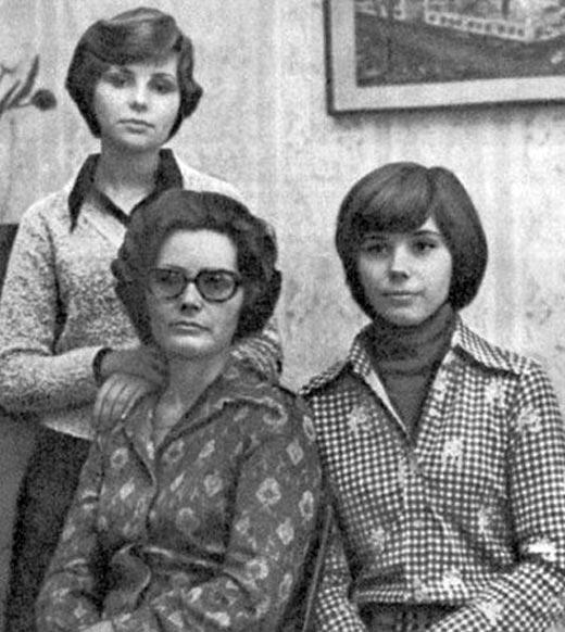 Елена Гагарина в юности с мамой и сестрой