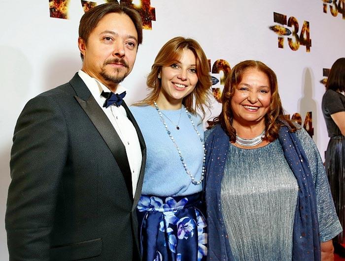 Иван Бурляев с женой Юлией и мамой