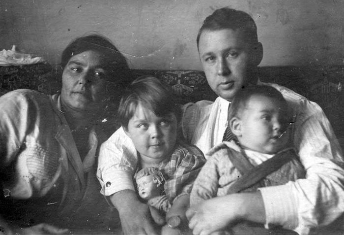 Михаил Миль с женой и детьми