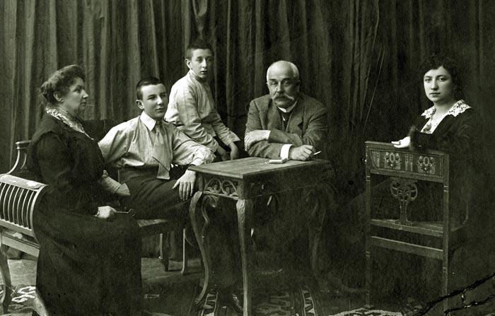Николай Волков старший в детстве с родителями братом и сестрой