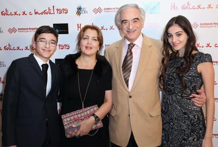 Полад Бюльбюль-оглы и жена Гюльнара Шихалиева с детьми