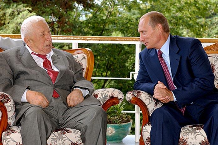 Расул Гамзатов и Владимир Путин