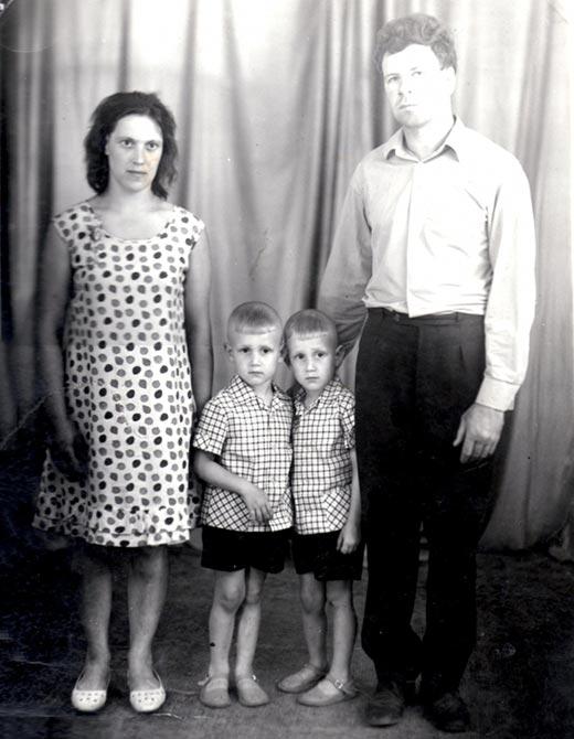 Братья Александр и Валерий Пономаренко в детстве с родителями