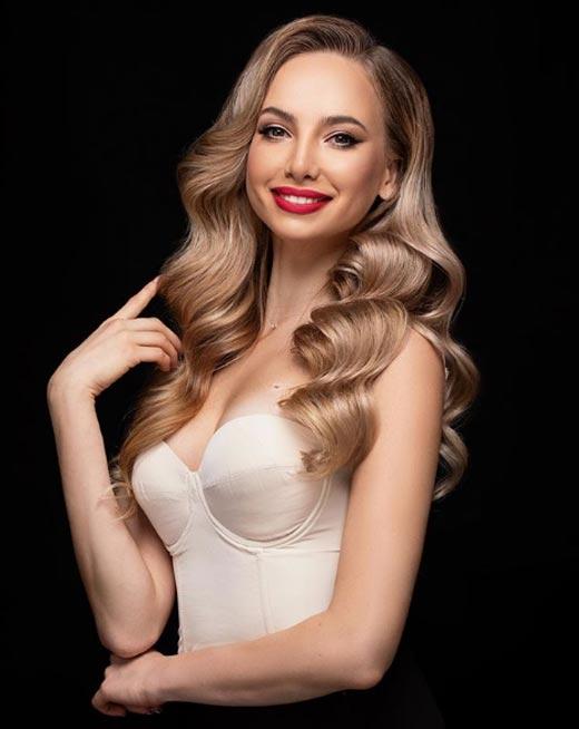 актриса Алина Разуменко