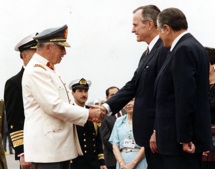 Аугусто Пиночет и президент США Джордж Буш старший