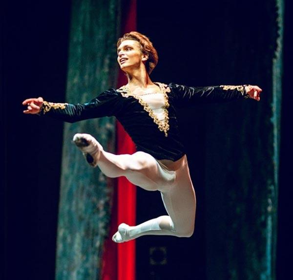 артист балета Иван Негробов