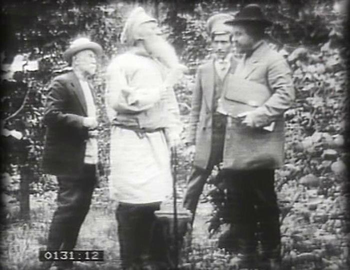 Кадр из фильма Якова Протазанова Уход великого старца