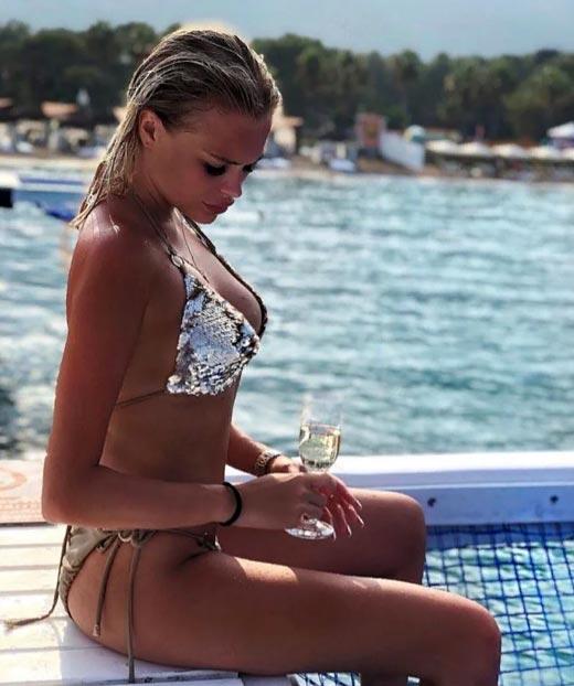 Марина Страхова в купальнике