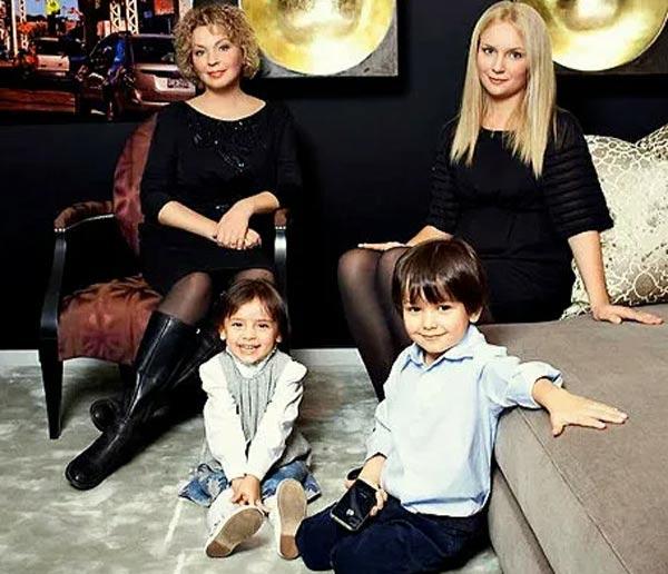 Татьяна Кочемасова с дочерью и внуками