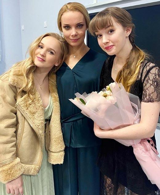 Вероника Лукьяненко Ольга Арнтгольц и Алиса Лукшина на съемках сериала Дочки
