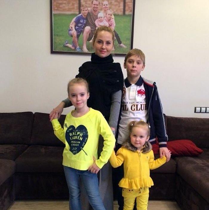 Жена Сергея Мозякина с детьми
