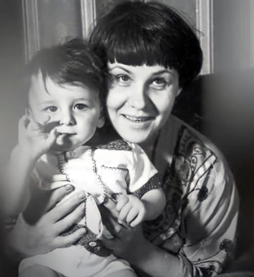 Жена Аркадия Инина с сыном