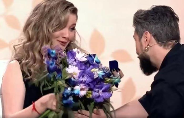 Максим Онищенко делает предложение Анастасии Веденской