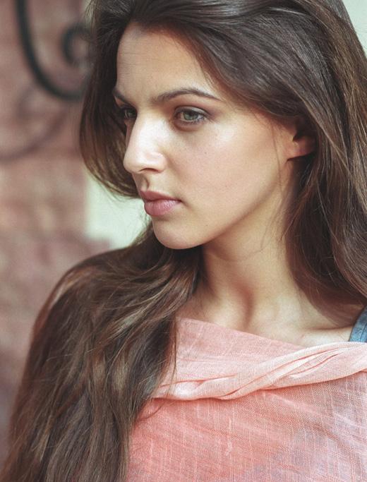 Ирина Леонова с розовой накидкой