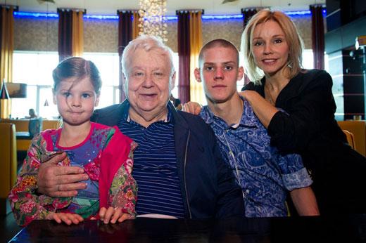 Олег Табаков с женой и детьми