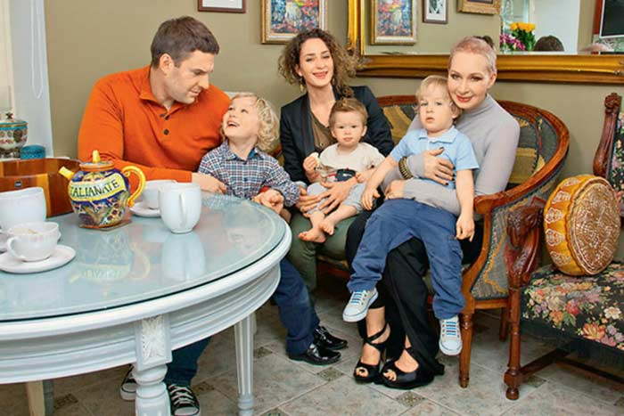 Татьяна Васильева с сыном и внуками