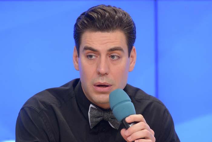 Дмитрий Дюжев с микрофоном
