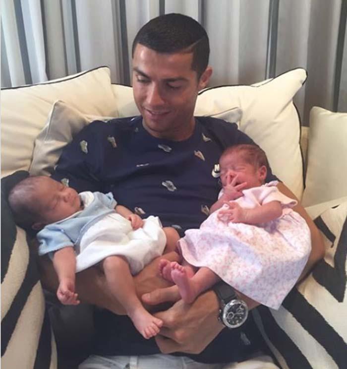 Криштиану Роналду с двойняшками