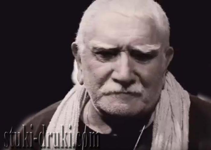 Армен Джигарханян с шарфом