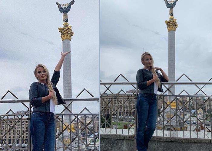Дана Борисова на фоне статуи