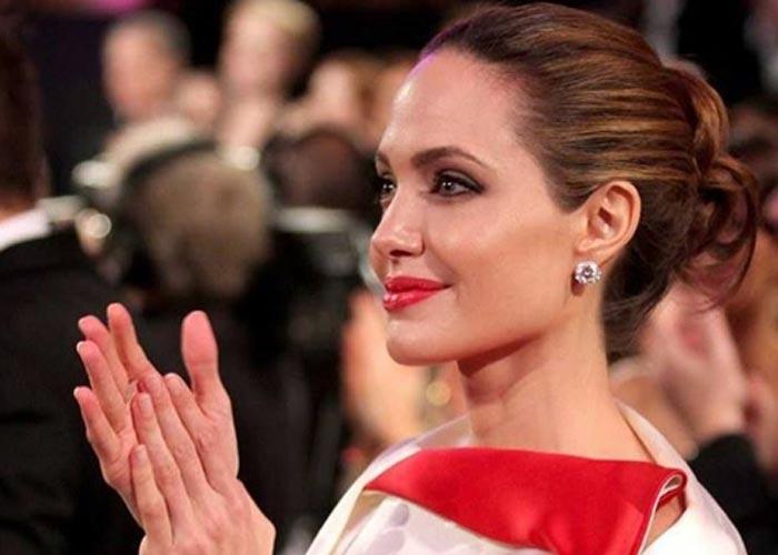 Анджелина Джоли хлопает