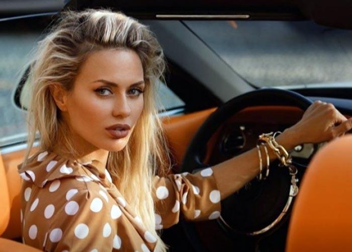 Виктория Боня в машине