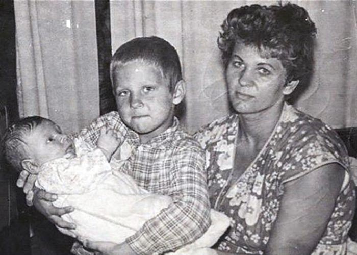 Федор Емельяненко в детстве с мамой и братом