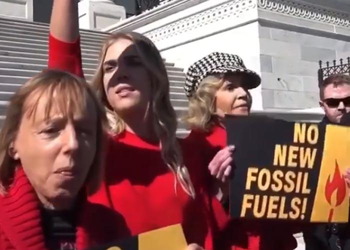 Джейн Фонда на акции протеста