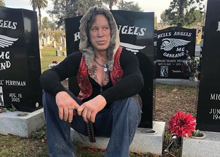 Микки Рурк на кладбище
