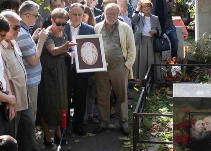 Памятник Владимиру Этушу