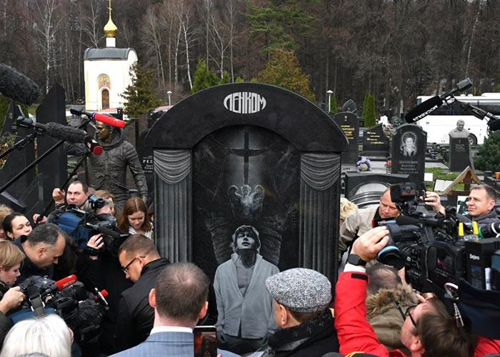 могила Николая Караченцова памятник