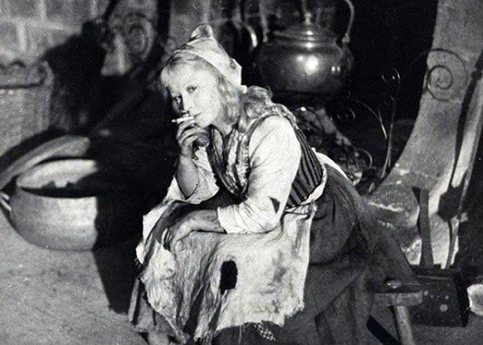 Золушка Янина Жеймо с сигаретой